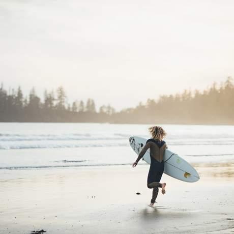Ein Surfer am Long Beach in Tofino