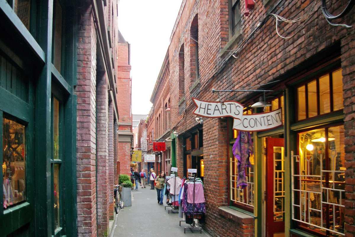 Fan Tan Alley in Victorias Chinatown