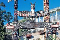 Der Thunderbird Park mit bunten Totempfähle in Vancouver Island