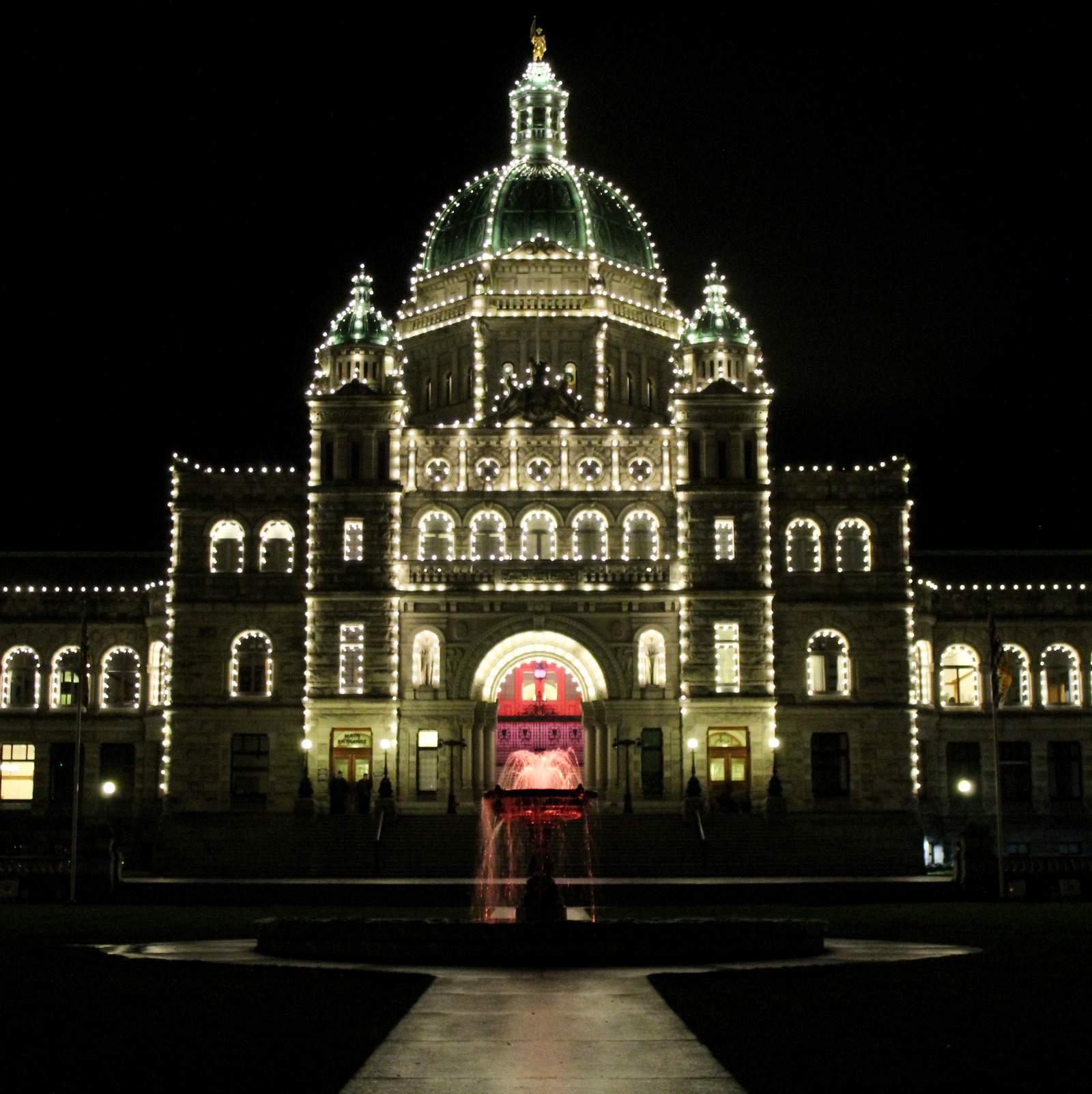 British Columbia Parliament Buildings bei Nacht in Victoria