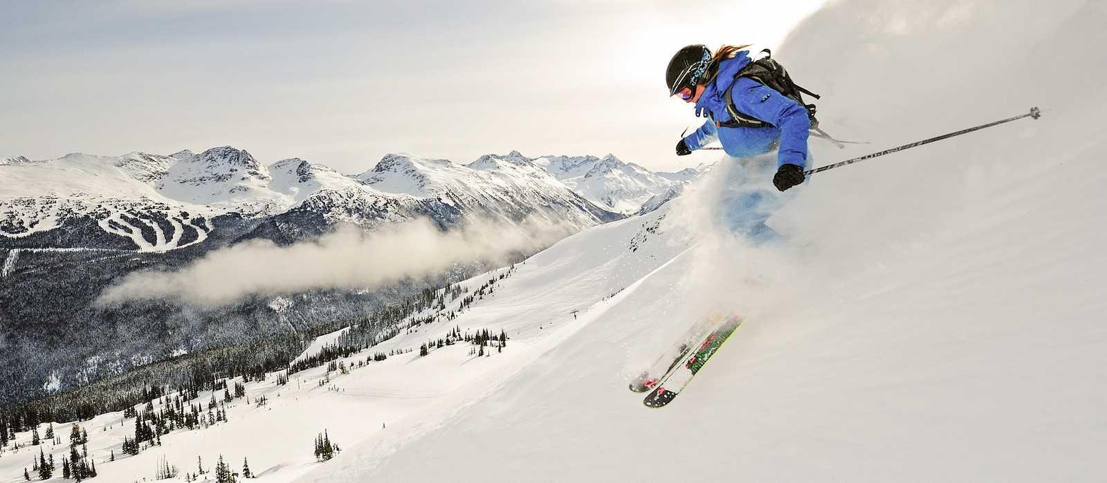 Skifahrer fährt durch Pulverschnee in Whistler