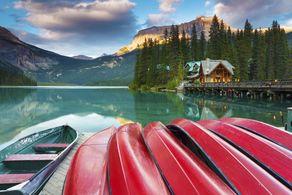 Ein Nachmittag im Spätsommer am Emerald Lake im Yoho-Nationalpark in der kanadischen Provinz British Columbia