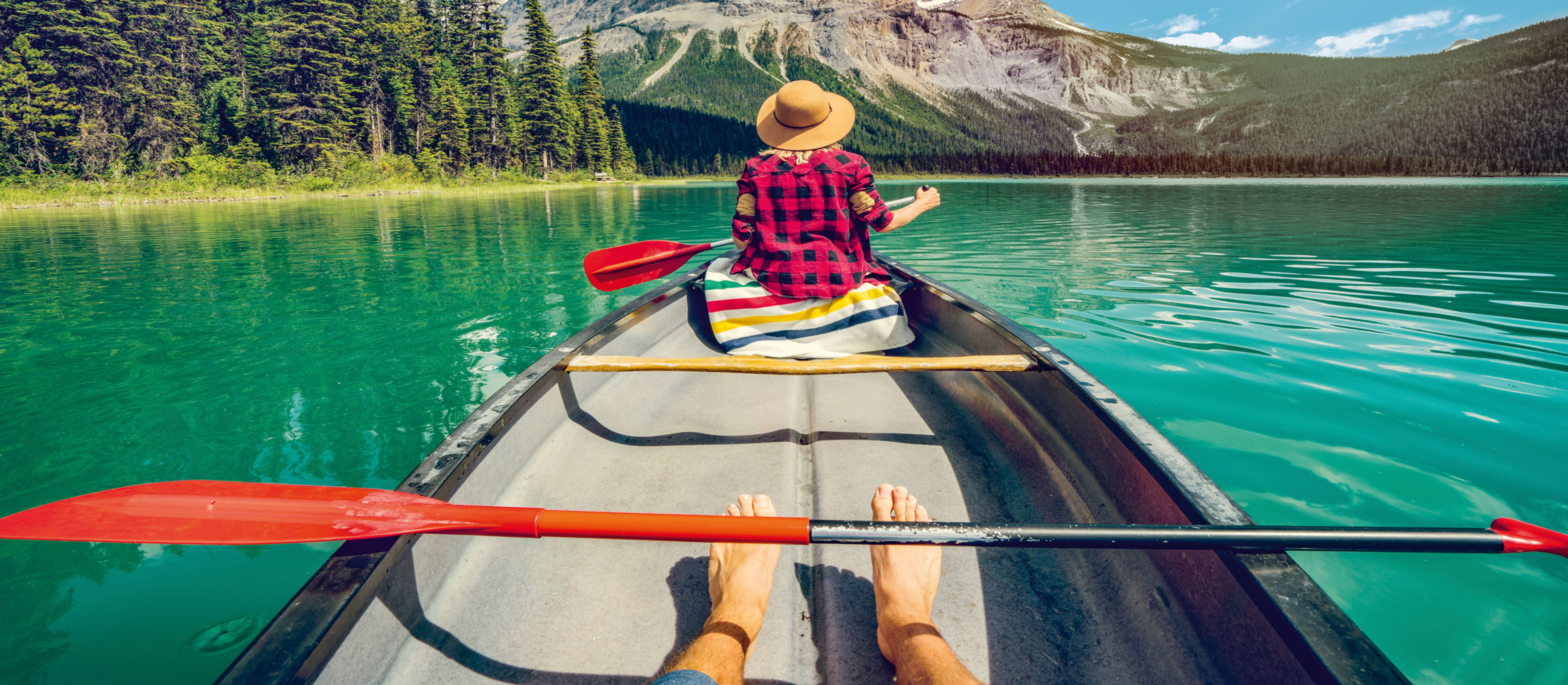 Ein junges Paar macht einen Kanuausflug auf dem Emerald Lake in der kanadischen Provinz British Columbia