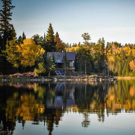 Außenansicht der Whiskey Jack High Lake Eco Cabin im Falcon Trails Resort