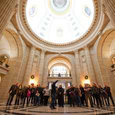 Eine geführte Touristengruppe im Manitoba Legislative Building in Winnipeg, Kanada