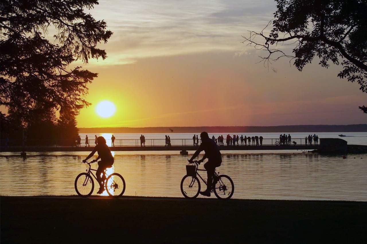 Fahrradtour im Sonnenuntergang im Riding Mountain National Park, Manitoba