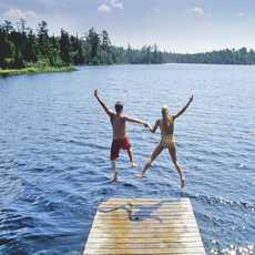 Sprung in den Lyons Lake im Whiteshell Provincial Park, Manitoba