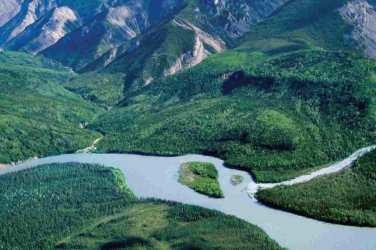 Flug ueber das Nahanni River Valley