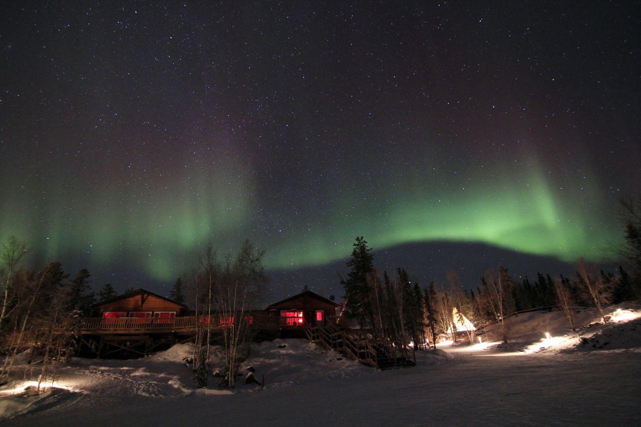 Polarlichter über den Häusern