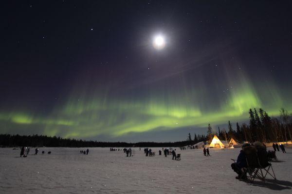 Nordlichter und Mond