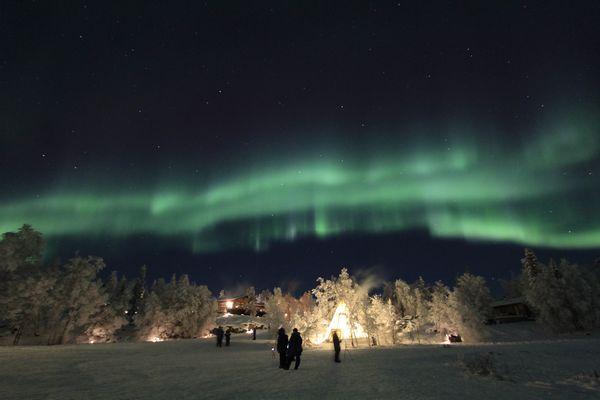 Eine Gruppe beim Nordlichter beobachten