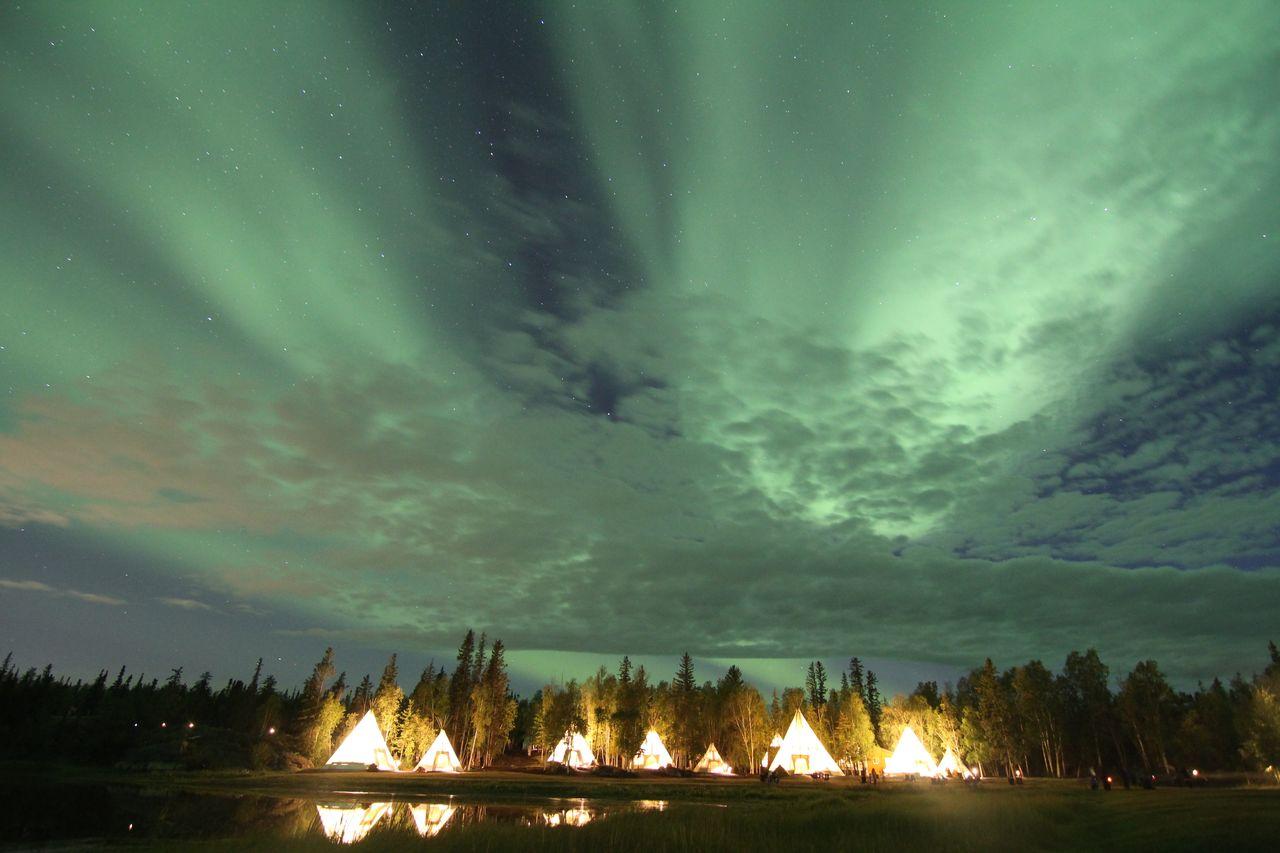 Wolken vor Polarlichtern
