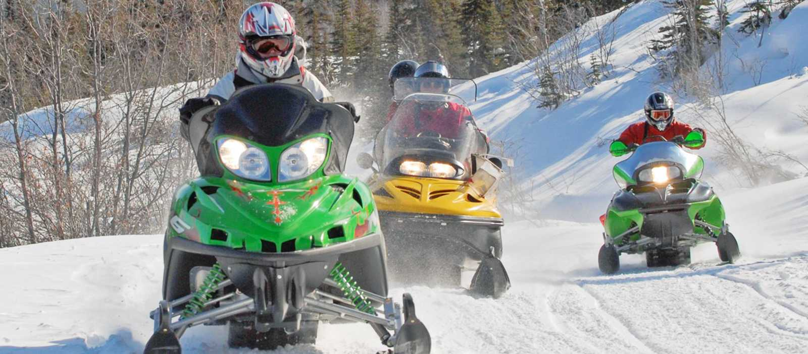 Schneemobile unterwegs im Yukon