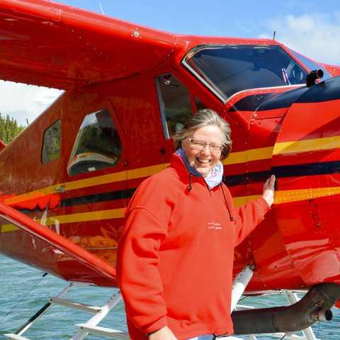 Mitarbeiterin Karin Buhse am Schwatka Lake in Whitehorse