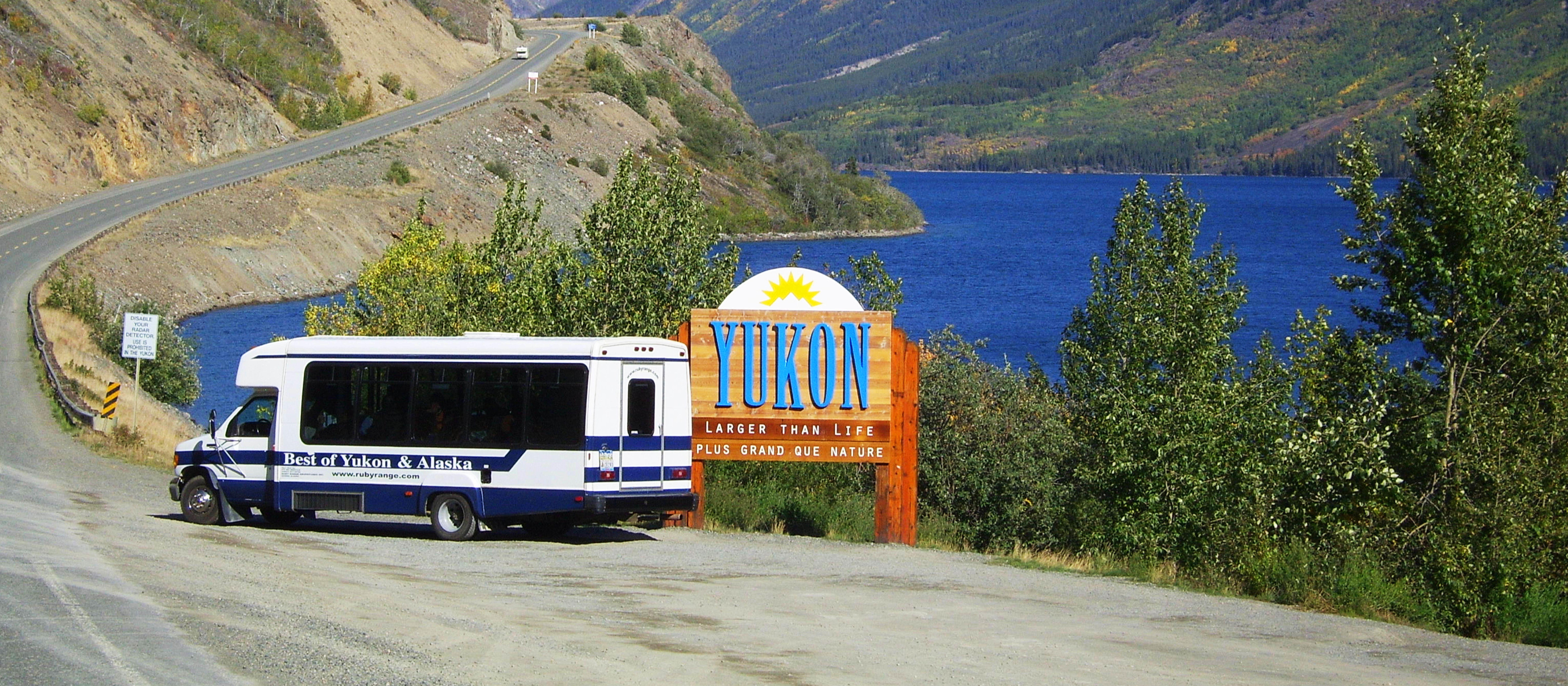 Ruby Range Bus auf dem Klondike Highway im Yukon