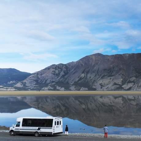 Bus am Kluane Lake vor dem Sheep Mountain, Yukon