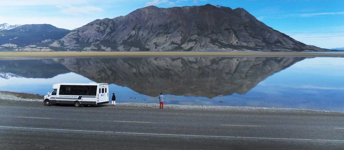 Bus am Kluane Lake vor dem Sheep Mountain, Yukon
