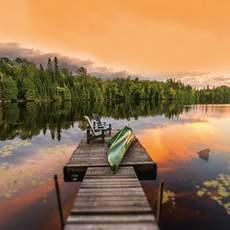 Kanu auf Steg in den Haliburton Highlands, Ontario