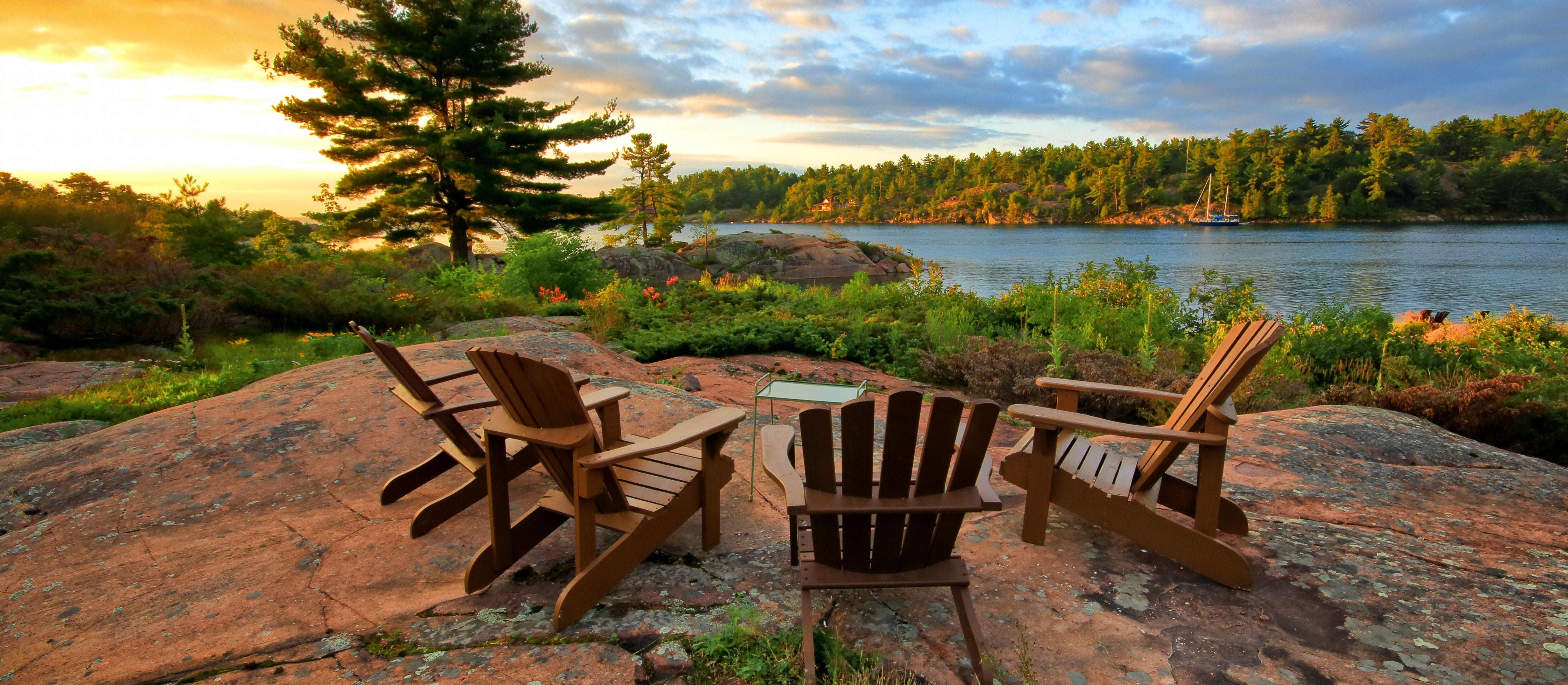 Adirondack Chairs an einen Aussichtspunkt in Ontario