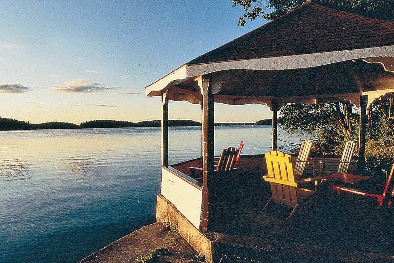 Abendsonne im Pavillon am See genießen