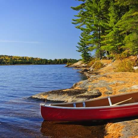 Ein rotes Kanu am Lake of two Rivers