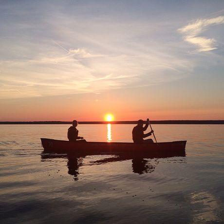 Miriam mit Partner bei einer geführten Kanu-Tour