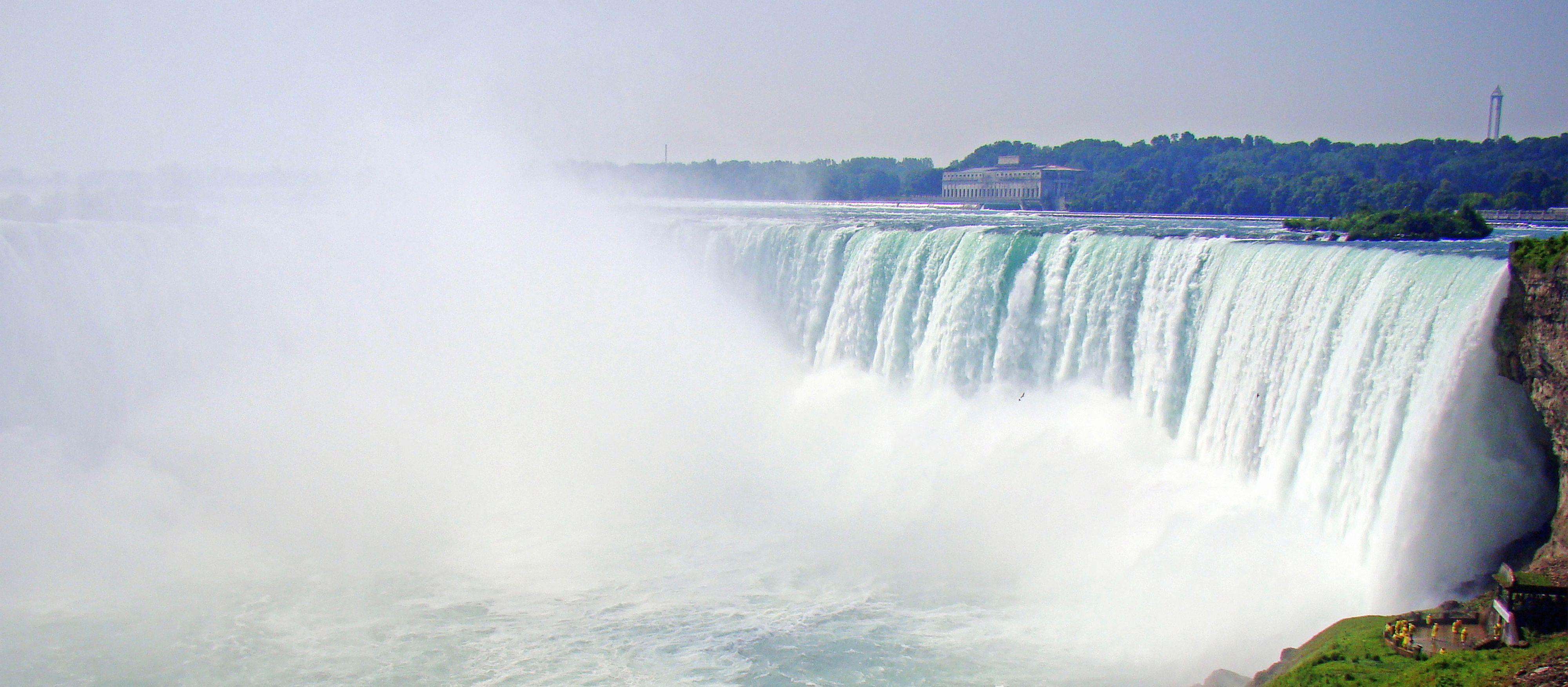 Ein Schiff der Maid Of The Mist bei den Niagarafällen