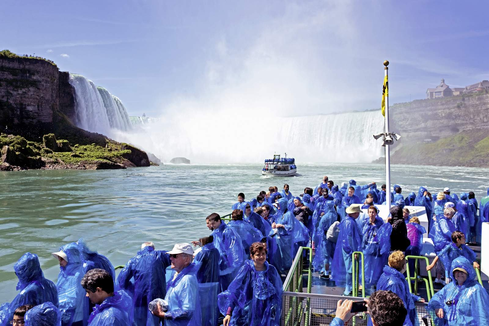 Ausfluegsboot an den Niagarafaellen