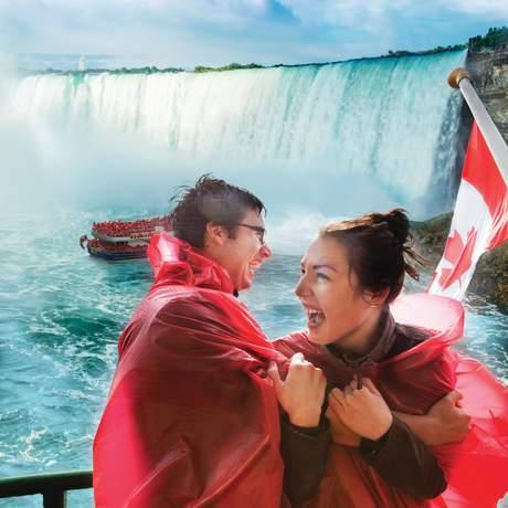 Spaß während einer Fahrt mit Hornblower Cruise auf den Niagarafällen