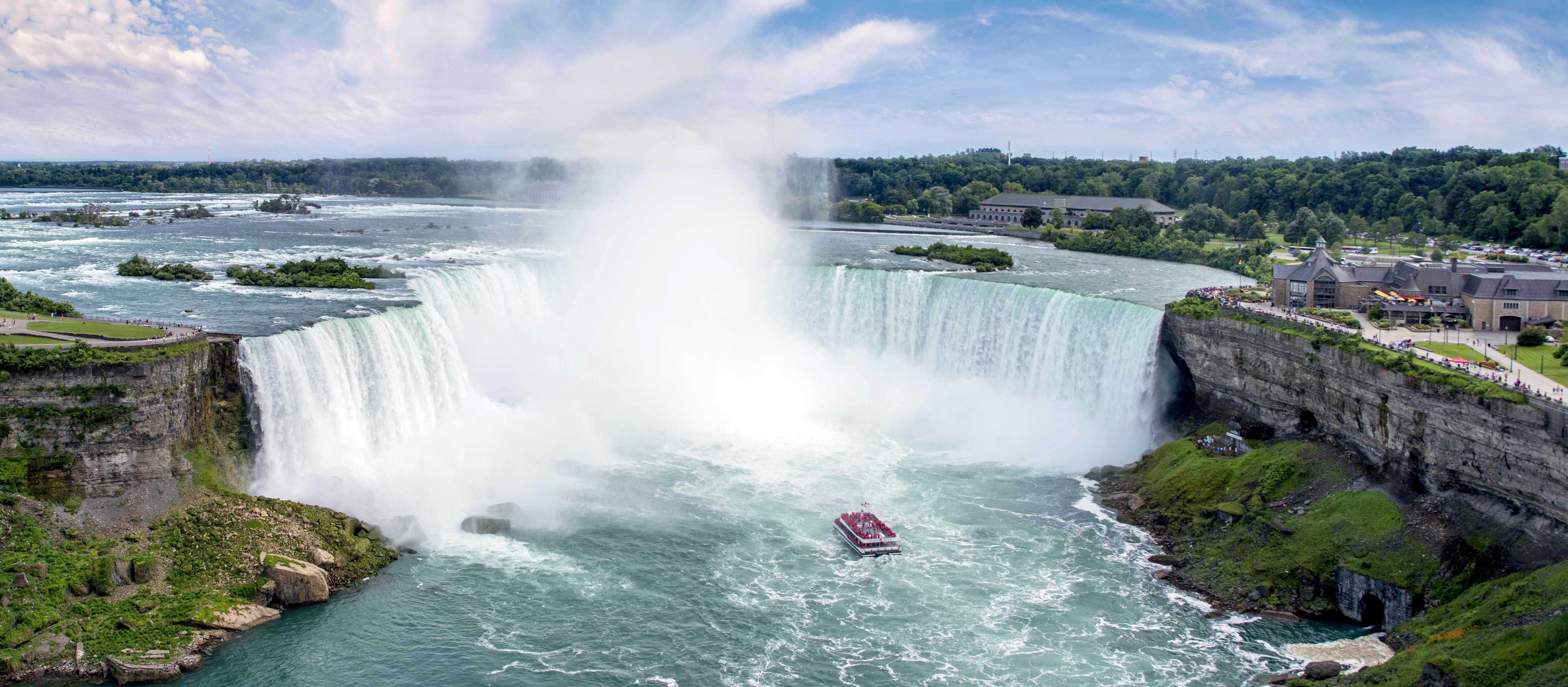 Ein Schiff der Hornblower Niagara Cruises vor den Niagarafällen