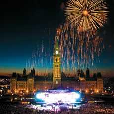 Feuerwerk ueber dem Parlamentsgebaeude