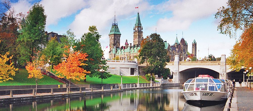 Rideau Canal und Parliament Hill in Ottawa, Ontario