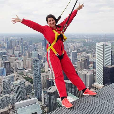 Sarina beim Edgewalk auf dem CN-Tower in Toronto, Ontario