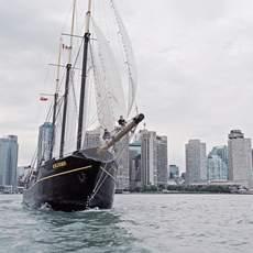 Segelschiff vor Skyline von Toronto