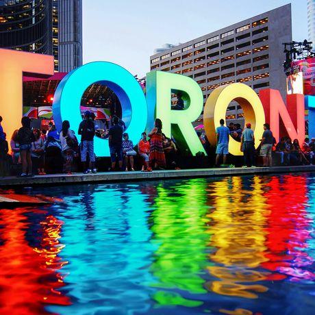 Torontoschriftzug auf dem Nathan Phillips Square in Toronto