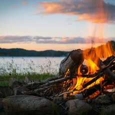 Sommerliches Lagerfeuer am See in Quebec