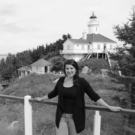 Sarina vor einem Leuchtturm auf der Insel Ile Bonaventure, Quebec