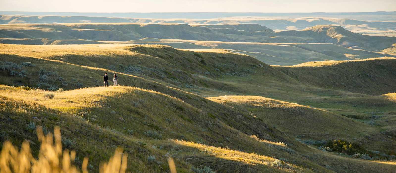 Spaziergang in der Abendsonne im Grasslands-Nationalpark in Saskatchewan