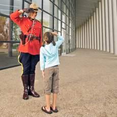 Mountie und Kind vor dem RCMP Heritage Centre