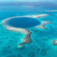 Luftaufnahme des Korallenriffs Blue Hole, Belize
