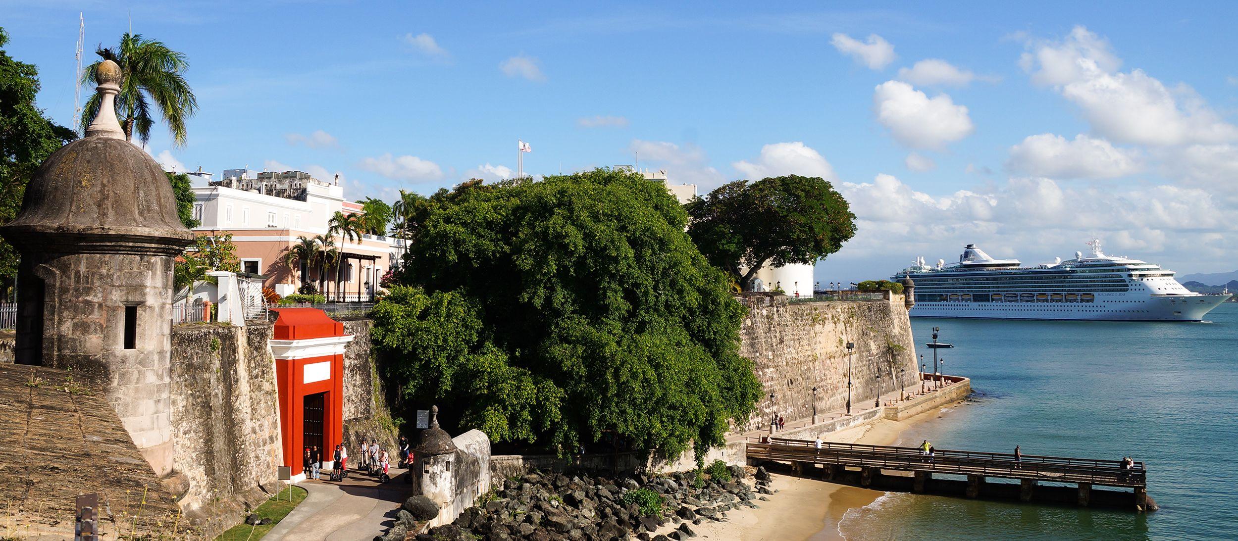 Die Altstadt von San Juan mit der Jewels Of The Seas im Hintergrund