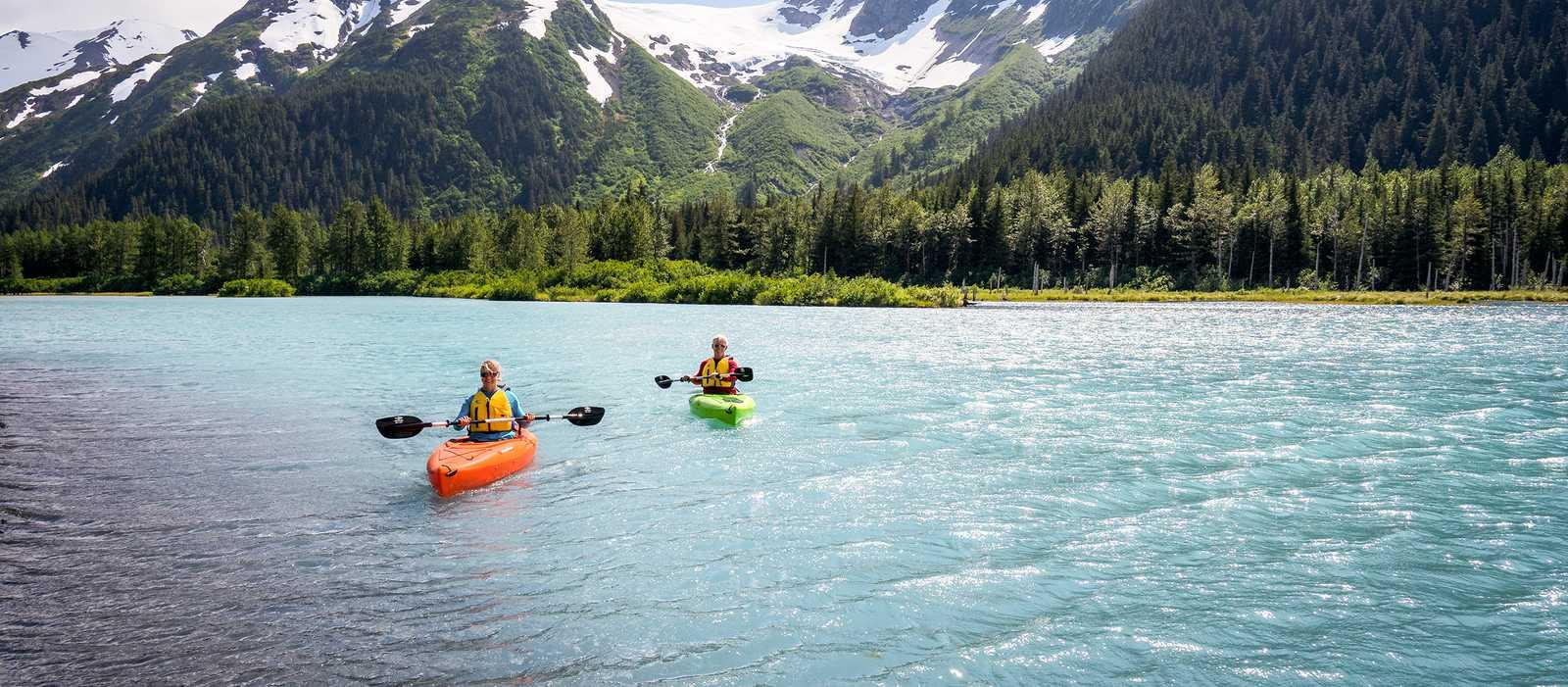 Zwei Personen fahren im Kajak über den Glacier Lake in Alaska