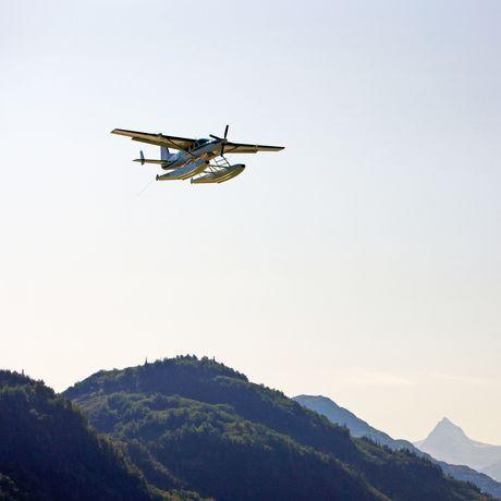 Wasserflugzeug in der Redoubt Bay, Alaska