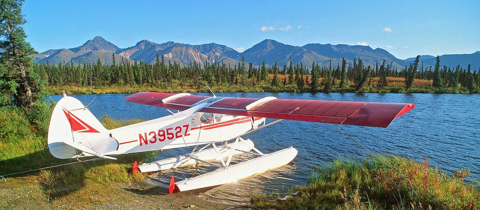 Wasserflugzeug am Ufer