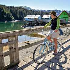 Eine Radtour durch den beschaulichen Küstenort Seldovia in Alaska