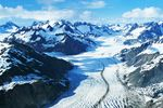 Der grandiose Blick über den in Schnee gehüllten Glacier Bay National Park, Alaska