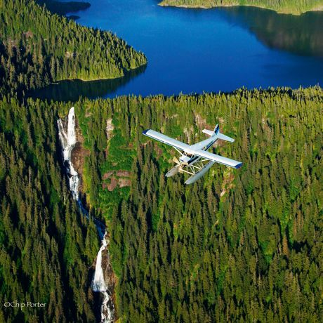 Ein Wasserflugzeug über dem Misty Fjord, Ketchikan, Alaska
