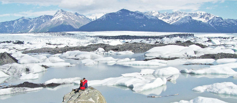 Paar auf Felsen Knik Gletscher