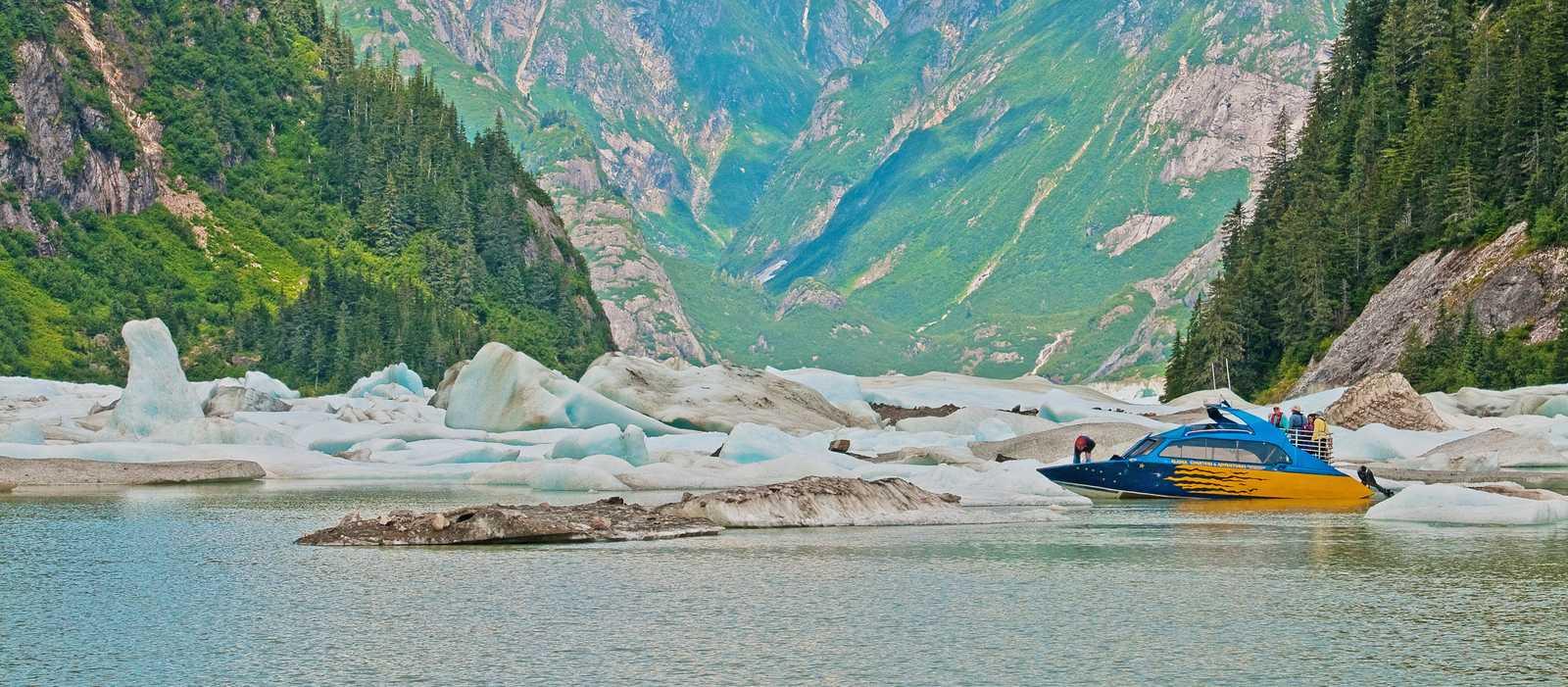 Boot auf dem Shakes Glacier Lake