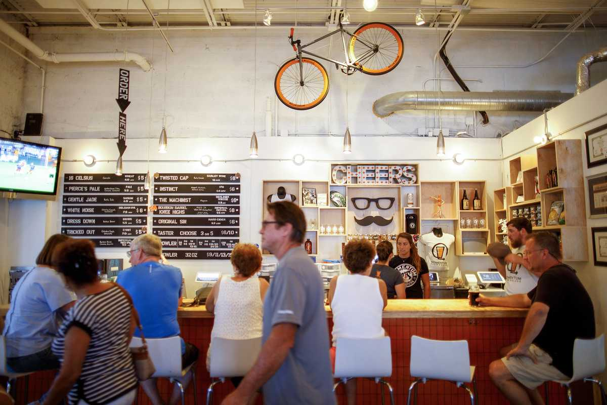 Die Bar im Momentum Brauhaus in Bonita Springs